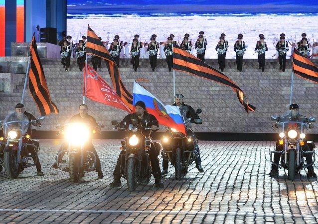 Gece Kurtları motosiklet grubunun geçişi...