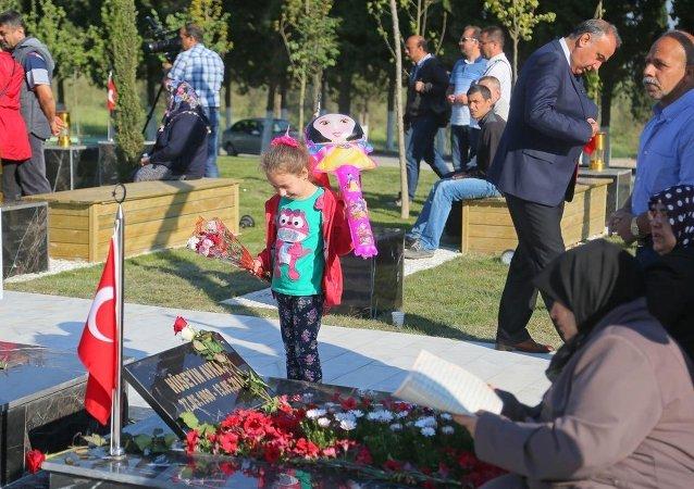 Maden faciasının yıldönümünde, aileler sabah erken saatlerden itibaren maden şehitliğine gelerek, madencilerin mezarları başında dua etti.