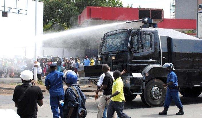 Eski Genelkurmay Başkanı Gaudefroid Niyombare'nin darbe yaptığı iddiasından sonra çok sayıda Burundili sokaklarda sevinç gösterileri yaptı. Burundi Güvenlik güçleri, göstericilere tayzikli su kullanarak müdahale etti.
