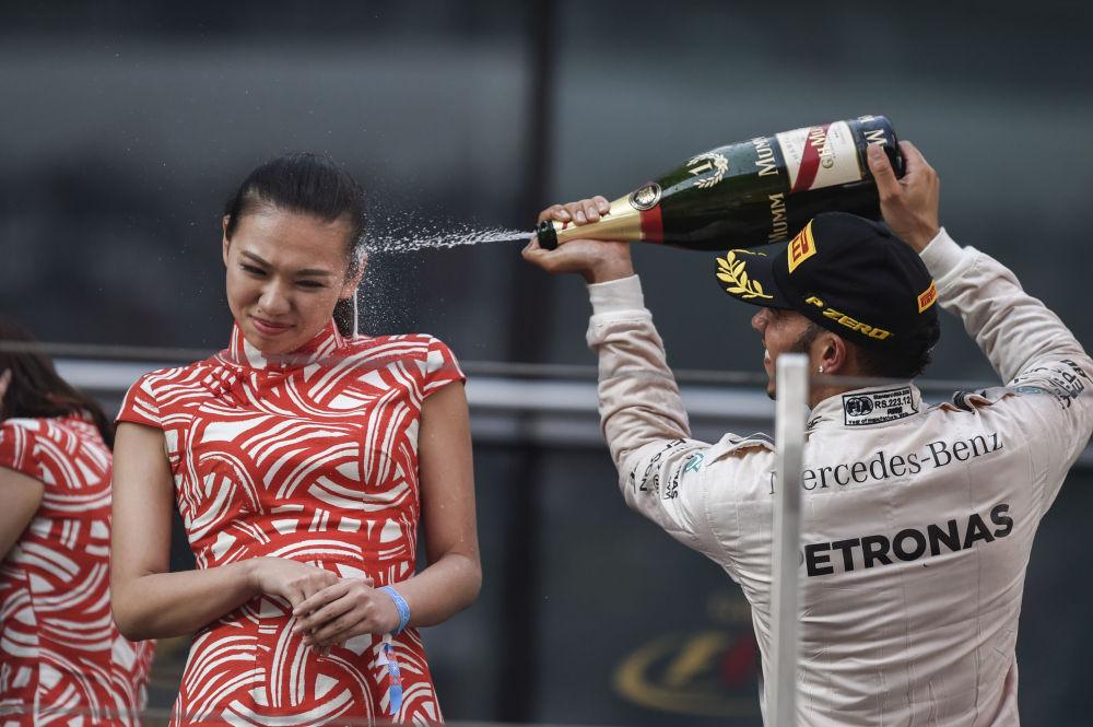 Mercedes AMG Petronas F1 Takımı'nın İngiliz pilotu Lewis Hamilton, Formula 1 Çin Grand Prix'sinde zaferini kutluyor