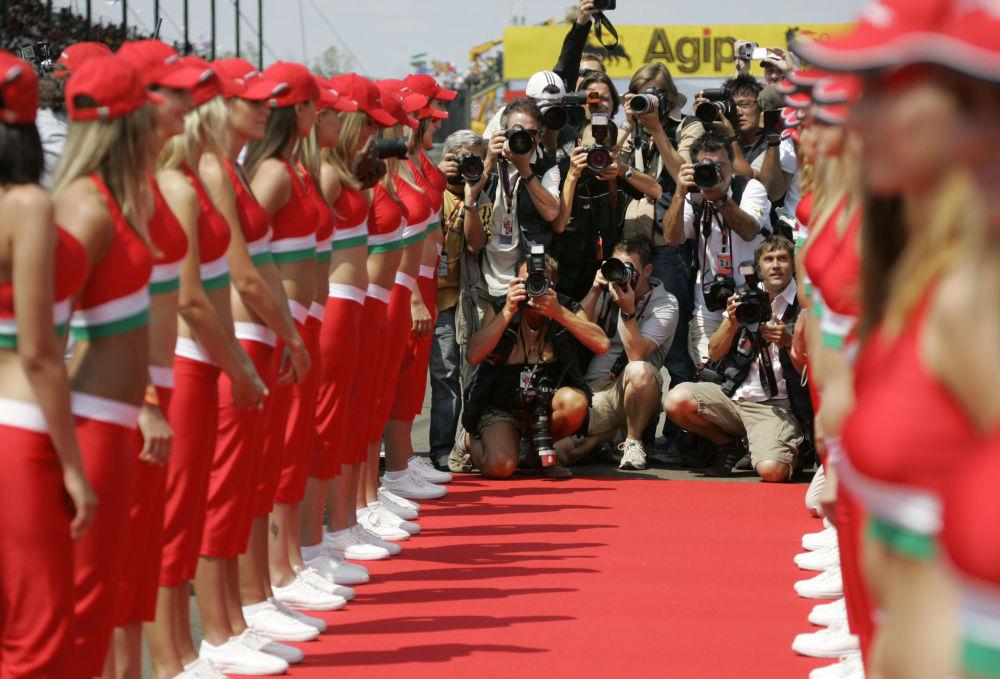 Fotoğrafçılar,  Formula 1'de Macaristan Grand Prix'sine katılan pilotları karşılayan kızların fotoğraflarını çekiyor