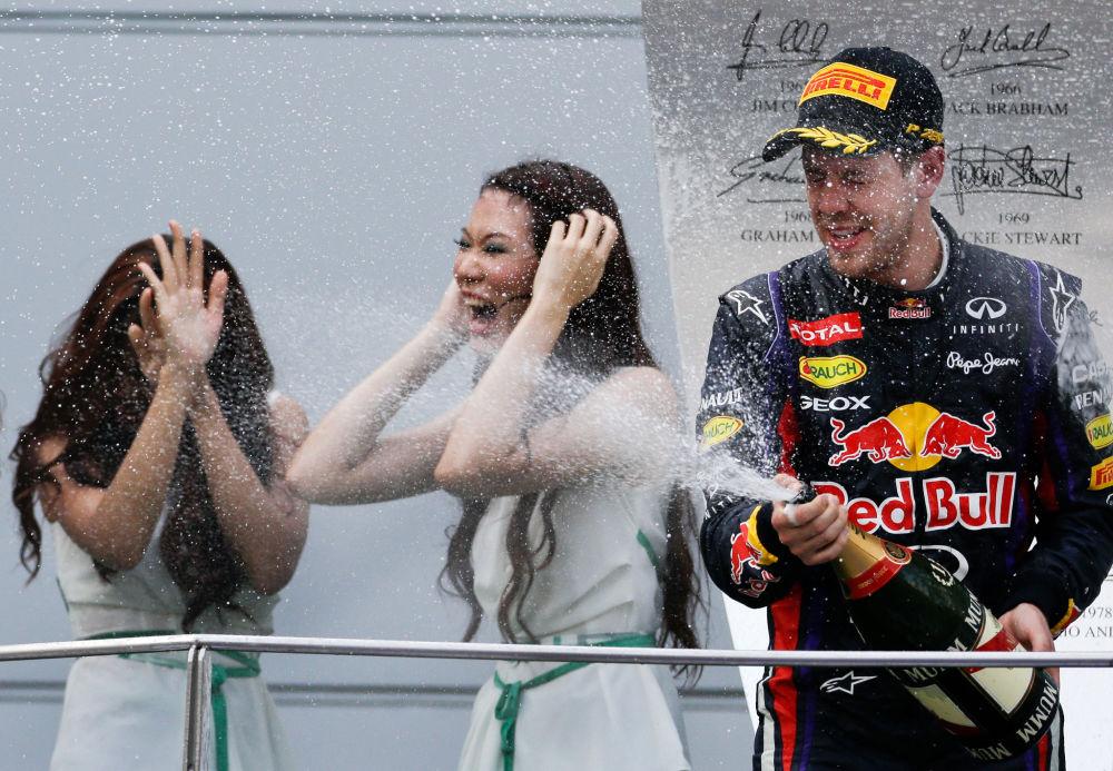 Alman pilot Sebastian Vettel, Formula 1 Malezya Grand Prix Ödül Töreni'nde Grid kızlarına şampanya döküyor