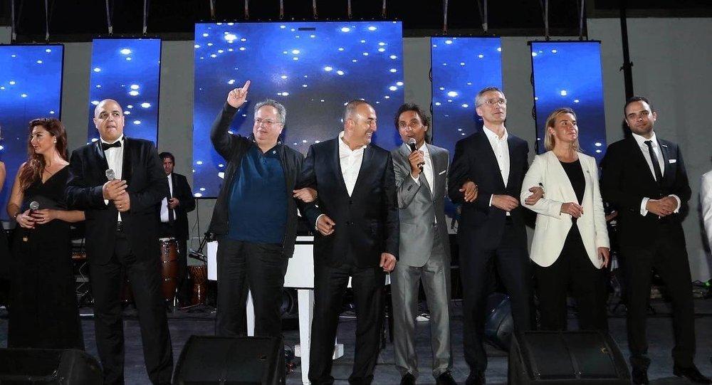Dışişleri Bakanı Mevlüt Çavuşoğlu, Yunanistanlı mevkidaşı Nikos Kocias ile kol kola 'We are the world' şarkısını söyledi.