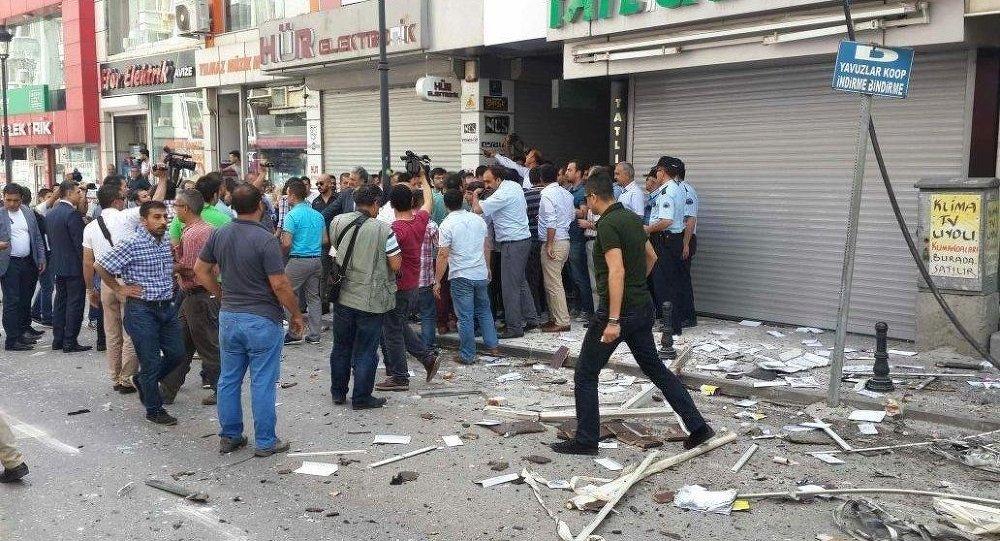 HDP'den yapılan açıklamada, Mersin'deki patlamaya dün gönderilen çiçekteki ses bombasının, Adana'daki patlamaya ise kargo paketinin neden olduğu ifade edildi.