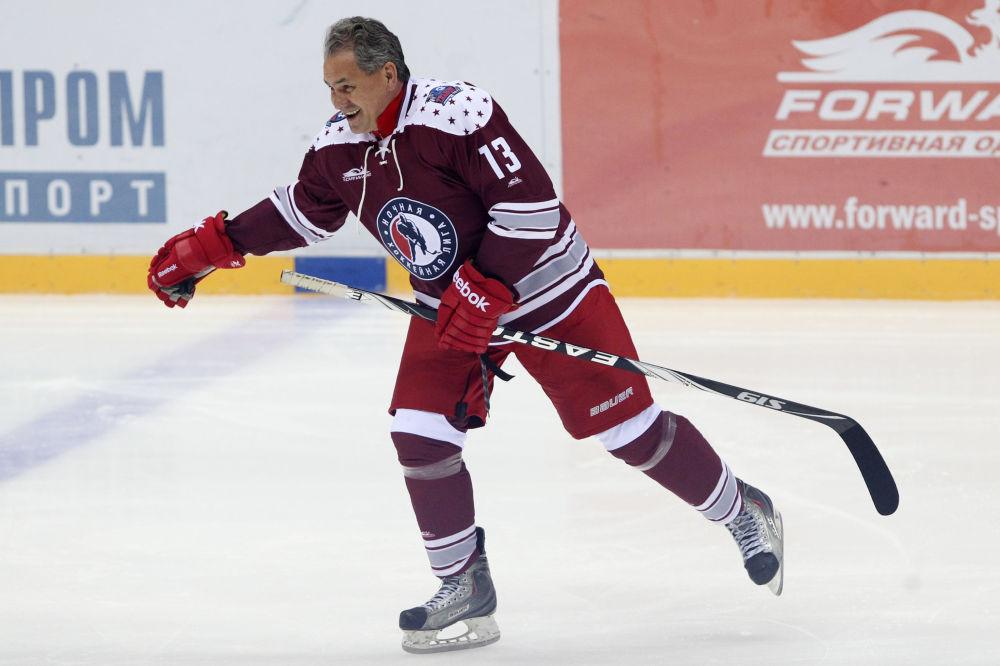 Rusya Savunma Bakanı Sergey Şoygu, Soçi'deki  Rusya Hokey Festivali kapsamında düzenlenen maçta