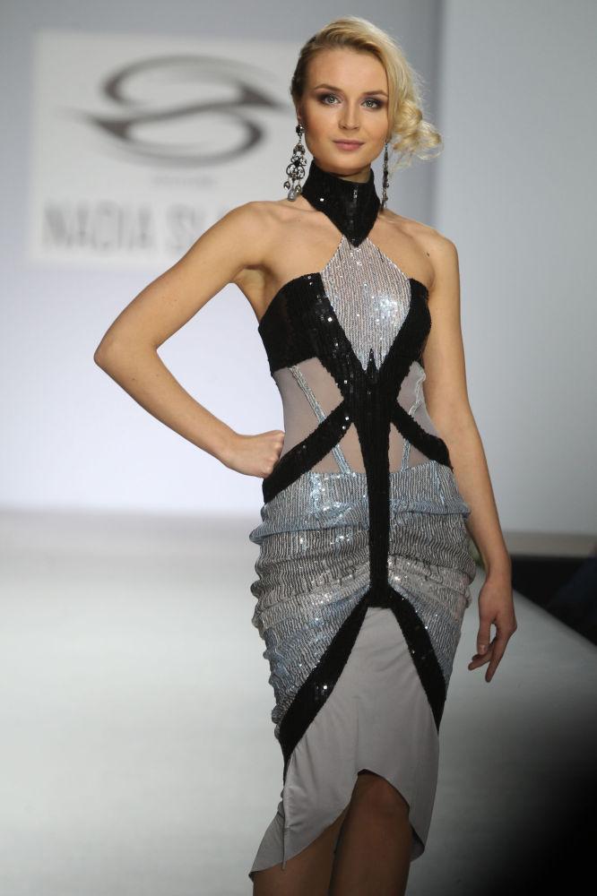 Şarkıcı Polina Gagarina moda tasarımcısı Nadia Slavina'nın  2011 İlkbahar-Yaz defilesinde