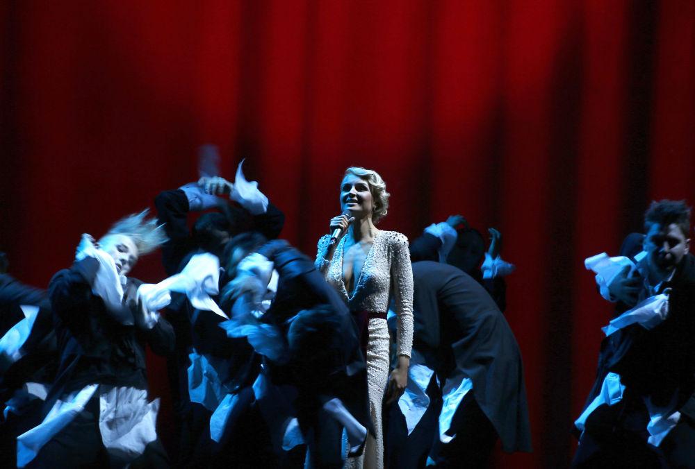 Şarkıcı Polina Gagarina, Moskova'daki 17. Altın Gramofon Müzik Ödülü Töreni'nde sahne alıyor