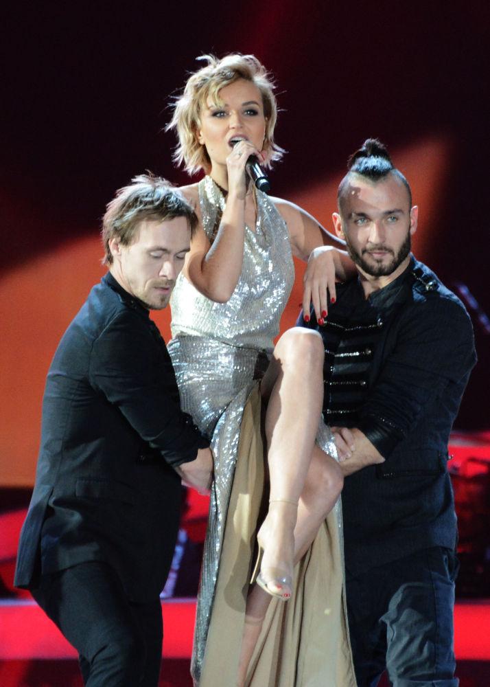 Şarkıcı Polina Gagarina Moskova  Olimpiysky Konser Salonu'nda düzenlenen  2014 Yılının Şarkısı isimli müzik festivalinde sahne alıyor
