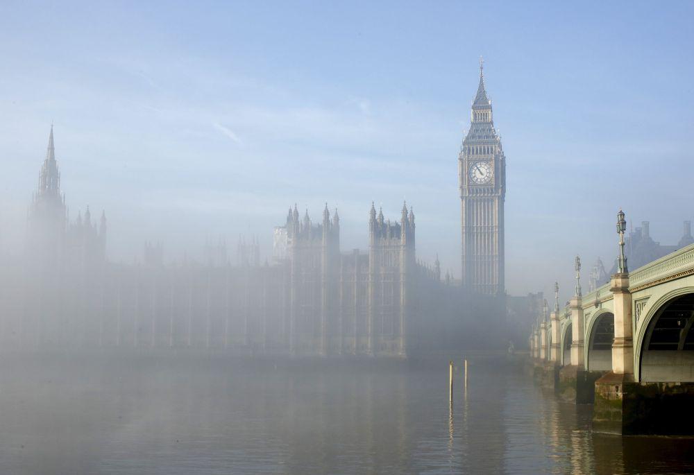 Sis, Londra'daki parlamento binasını sardı.