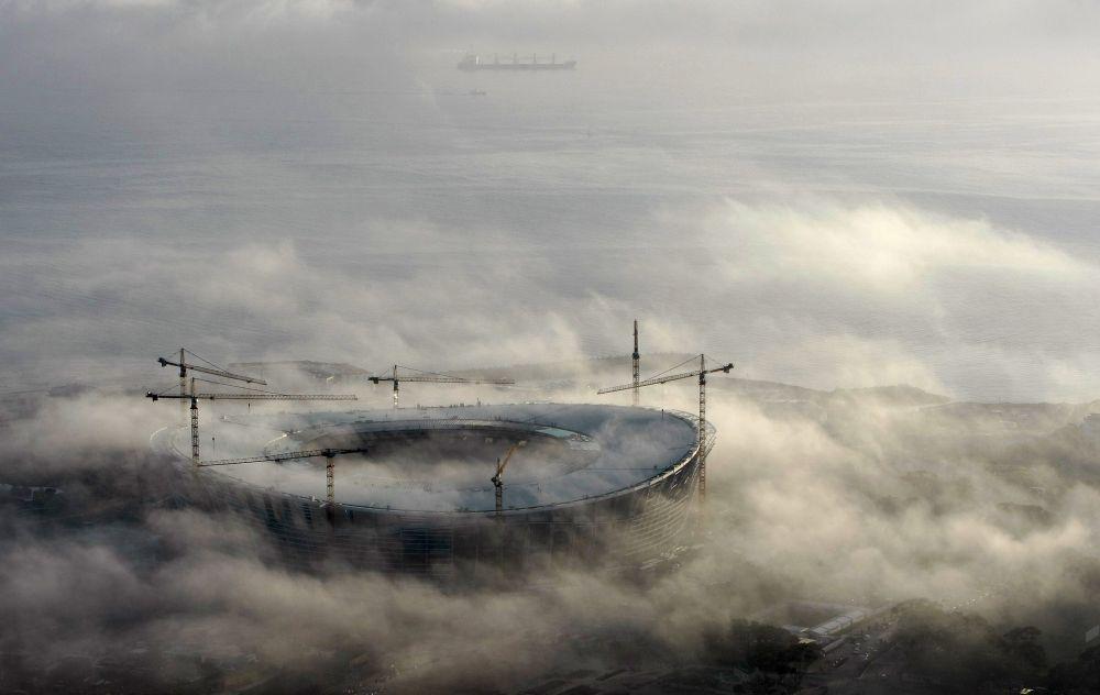 2010 FIFA Dünya Kupası  için Cape Town'da inşa edilen Green Point stadyumu sabah sislerinin içinde.