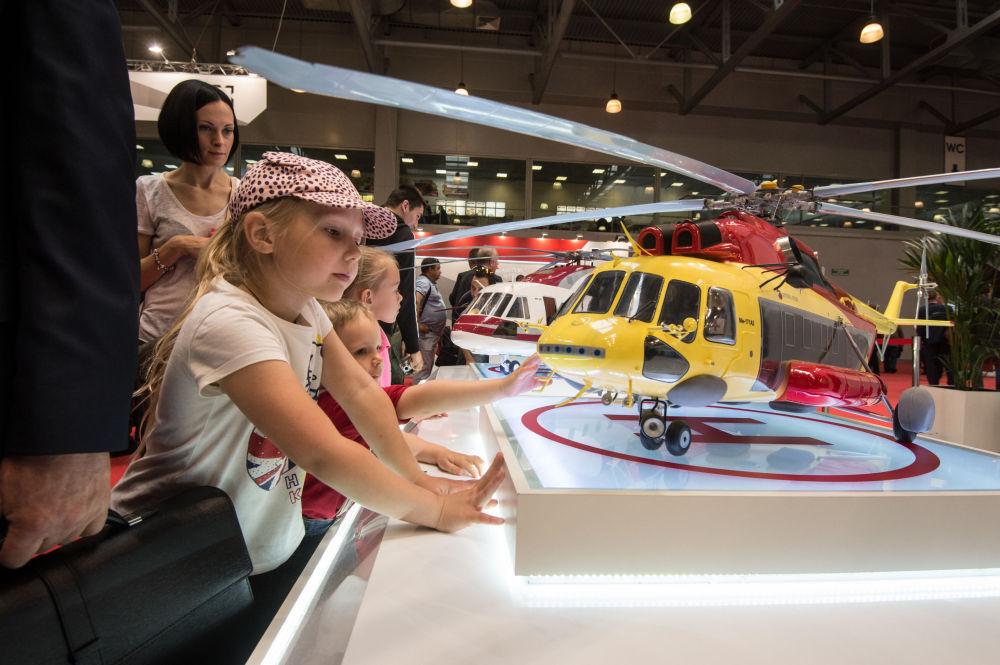 Çocuklar 8. Moskova Uluslararası  Helikopter Endüstrisi  Fuarı 2015 HeliRussia kapsamında sergilenen uçak modellerine bakıyor.