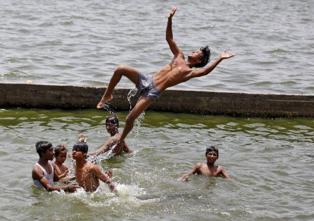 Aşırı sıcaklıkların yaşandığı Hindistan'daki Sabarmati Nehrinde yıkanan çocuklar