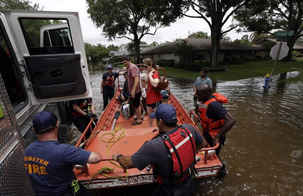 İtfaiyeciler sele teslim olan Teksas eyaletindeki Houston şehrinin sakinlerini tahliye ediyor