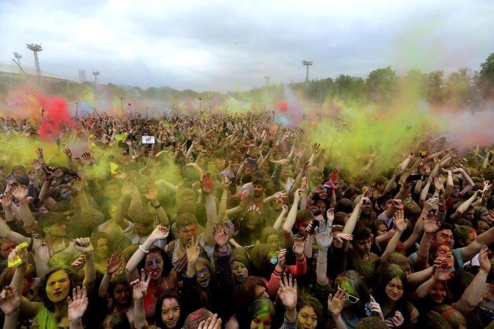 Baharı karşılamak için düzenlenen festivalde Ruslar, Luzhniki Parkı'na kurulan sahnede canlı müzik eşliğinde dans ettiler.