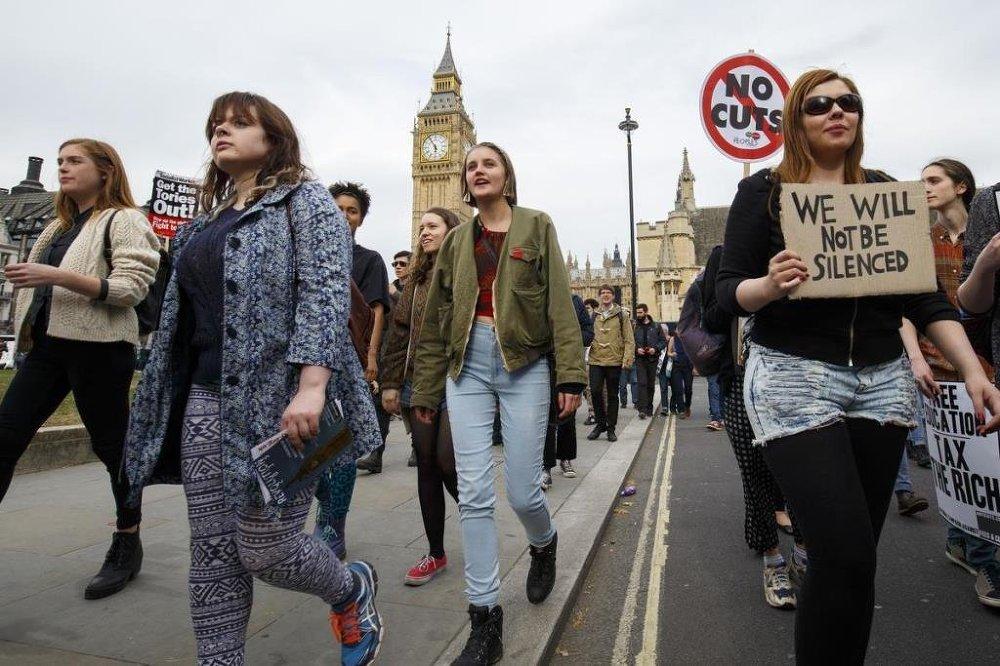 Muhafazakar Parti'nin kemer sıkma politikaları Başkent Londra'da yüzlerce kişi tarafından protesto edildi.