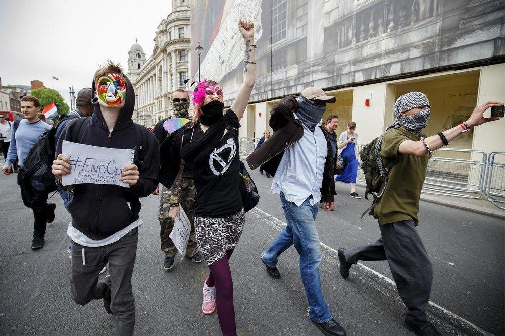 Çoğunluğunu öğrencilerin oluşturduğu yüzlerce gösterici, başkentin ünlü Trafalgar Meydanı'nda toplandı.