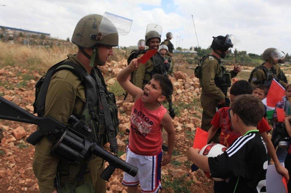 Çocuklardan oluşan bir grup, Ramallah'ın Nebi Salih Köyü'nde gösteri düzenledi.