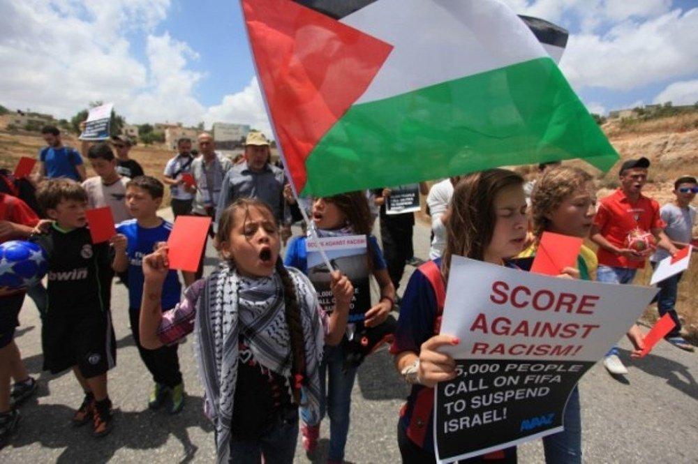 Kırmızı kart ve dövizler taşıyan çocuklar sloganlar atarak yürüdü.