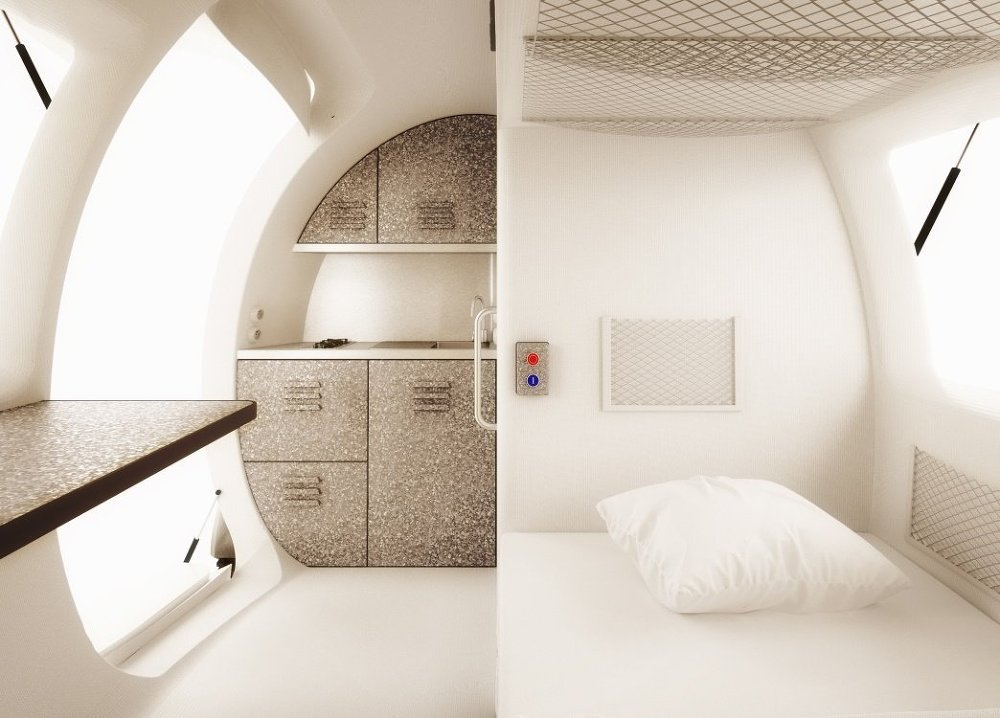 Her kapsülde bir yatak, banyo, küçük çalışma alanı, sandalyeler, su sistemi, sıcak duş ve tuvalet bulunuyor.