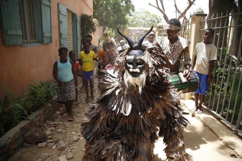 İlginç kıyafetli yerel dansçılar turistlerin eğlenceli vakit geçirmesini sağlıyor.