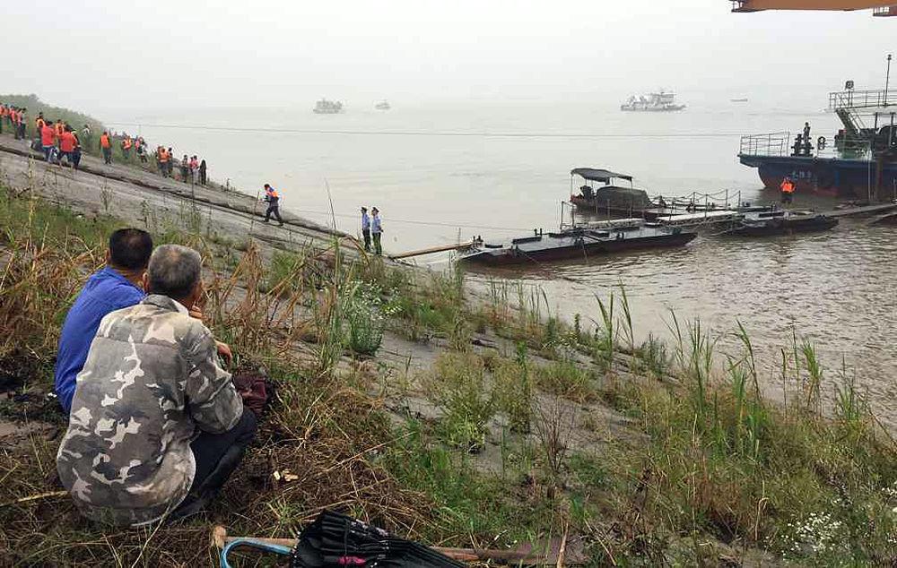 Sakinler, yolcu gemisinin battığı Yangtze Nehri'nde yürütülen kurtarma çalışmalarını izliyor