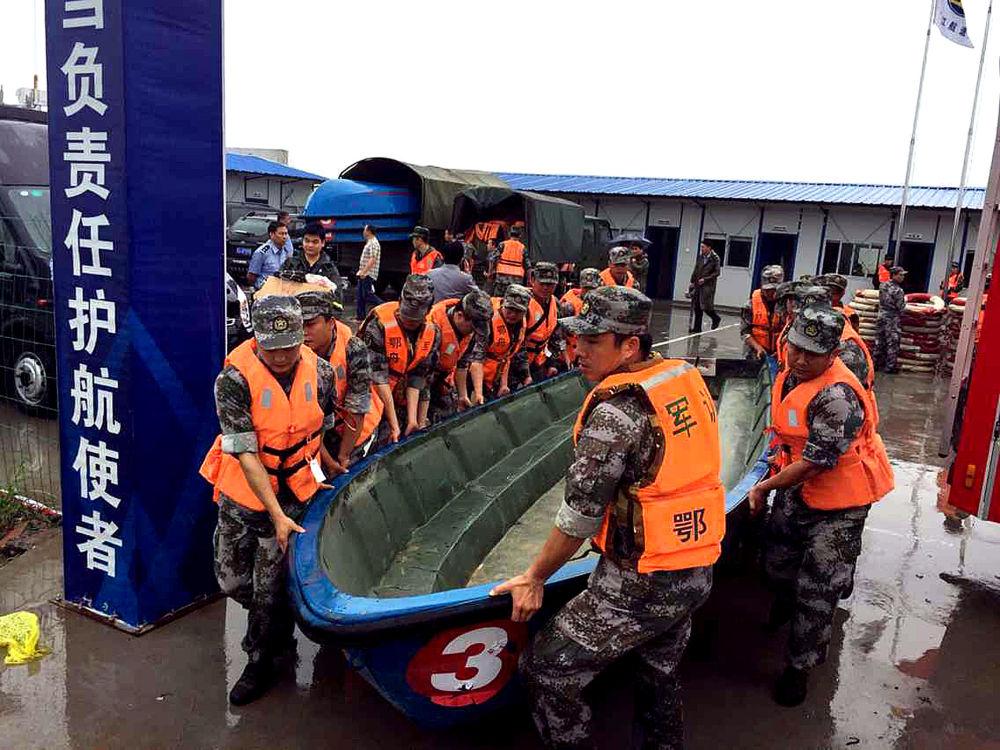 Çin arama kurtarma ekipleri, yolcu gemisinin battığı Yangtze Nehri'nde kurtarma çalışmalarını yürütüyor