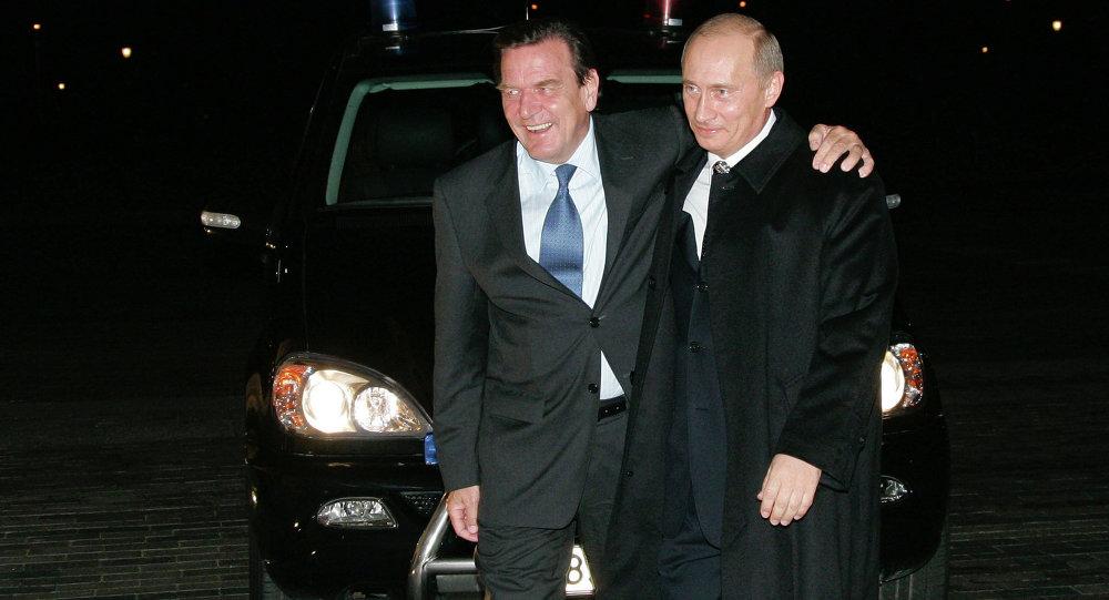 Vladimir Putin ve Gerhard Schröder