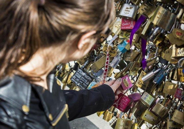 Paris'te aşk kilitlerine veda