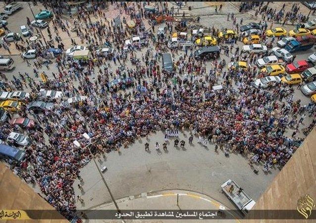 Irak'ta IŞİD örgütünün, 'eşcinsel' oldukları gerekçesiyle 3 kişiyi yüksek bir binadan atarak öldürdüğü iddia edildi.