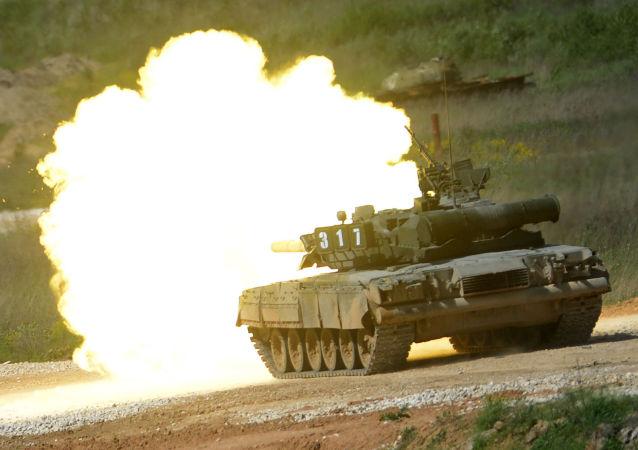 T-80 tankı, Moskova Bölgesi'nde Ordu-2015 uluslararası askeri teknik forumuna hazırlık kapsamında teçhizat sergisinde.