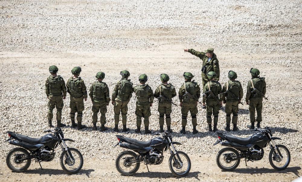 Askerler, Moskova Bölgesi'nde Ordu-2015 uluslararası askeri teknik forumuna hazırlık kapsamında teçhizat sergisinde.
