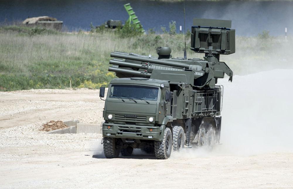 Kamaz-6560 üzerinde Pantsir-S uçaksavar füze ve top sistemi, Moskova Bölgesi'nde teçhizat sergisi sırasında.