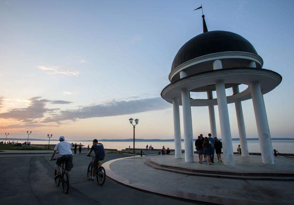 Petrozavodsk'lular beyaz gecelerde şehrin sahilinde dolaşıyor