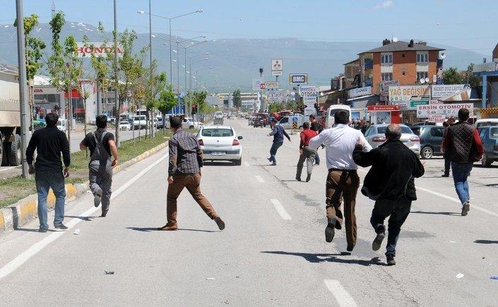 Miting alanına çıkan Tortum Yolu, Libya ve 100. Yıl caddelerinde de zaman zaman gerginlik yaşandı.