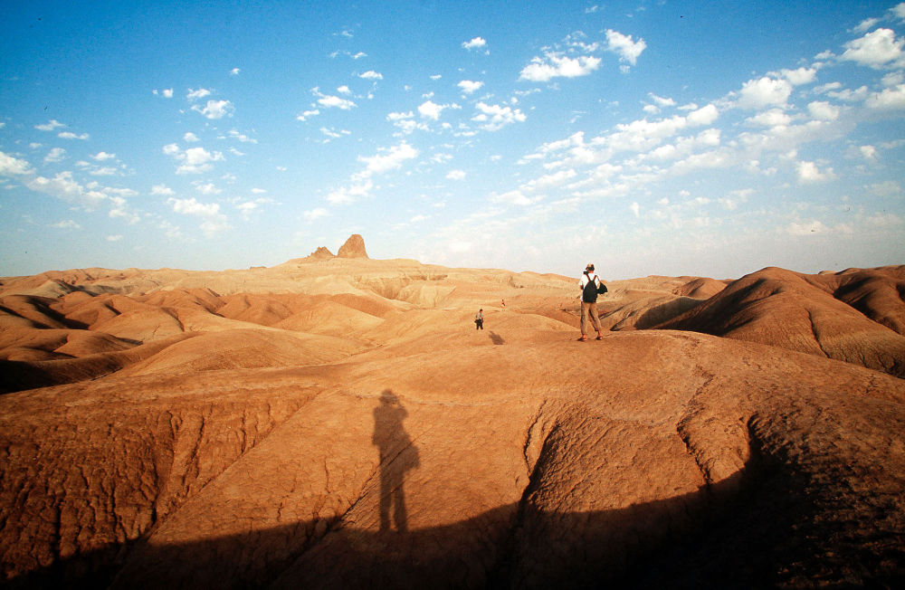 Türkmenistan'ın Nebit Dağ Çölü'ndeki turistler