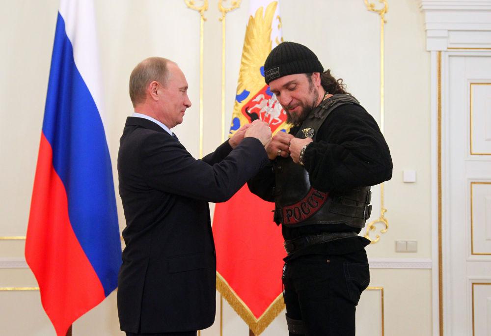 Rusya Devlet Başkanı Vladimir Putin, 'Gece Kurtları' Motosiklet Kulübünün lideri Alexander Zaldostanov'u Devlet Onur Nişanı ile ödüllendiriyor