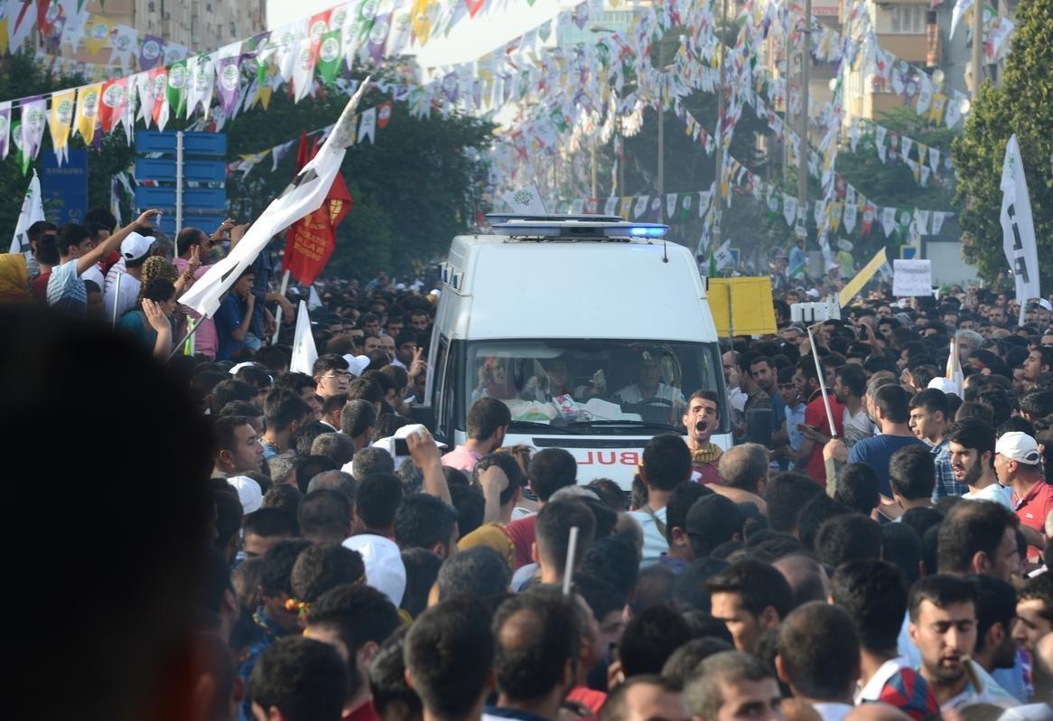 HDP mitingindeki patlamanın ardından ambulanslar olay yerine girmekte zorlandı