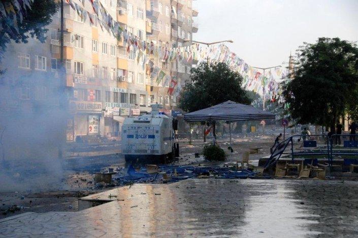 Polis ekipleri, gruplara tazyikli su ve biber gazıyla müdahale etti.