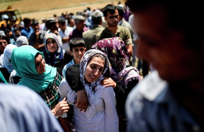 Diyarbakır'da HDP mitingindeki patlamada yaşamını yitiren Necati Kurul ile Ramazan Yıldız toprağa verildi.