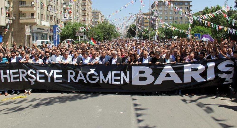 Diyarbakır'daki bazı sivil toplum kuruluşları dünkü patlamanın meydana geldiği İstasyon Meydanı'nda yaptıkları basın açıklamasıyla saldırıyı protesto etti.