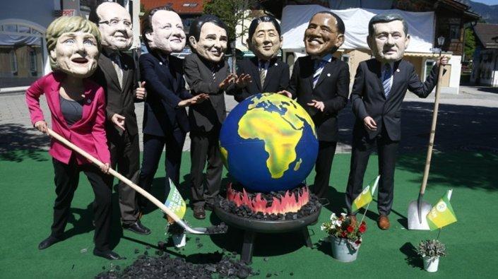 İngiltere merkezli sivil toplum kuruluşu Oxfam'ın üyeleri, zirveyi protesto eylemlerinde G7 liderlerinin maskelerini taktı.
