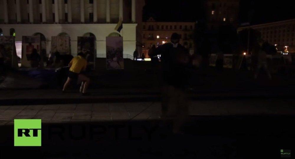 Ukrayna'nın başkenti Kiev'de Maydan protestolarıyla tanınan Nezalejnosti Meydanı'nda çadırlarıyla kamp kurup hükümetten bir reform raporu sunmasını isteyen bir grup, kimliği belirsiz maskeli kişilerce saldırıya uğradı.