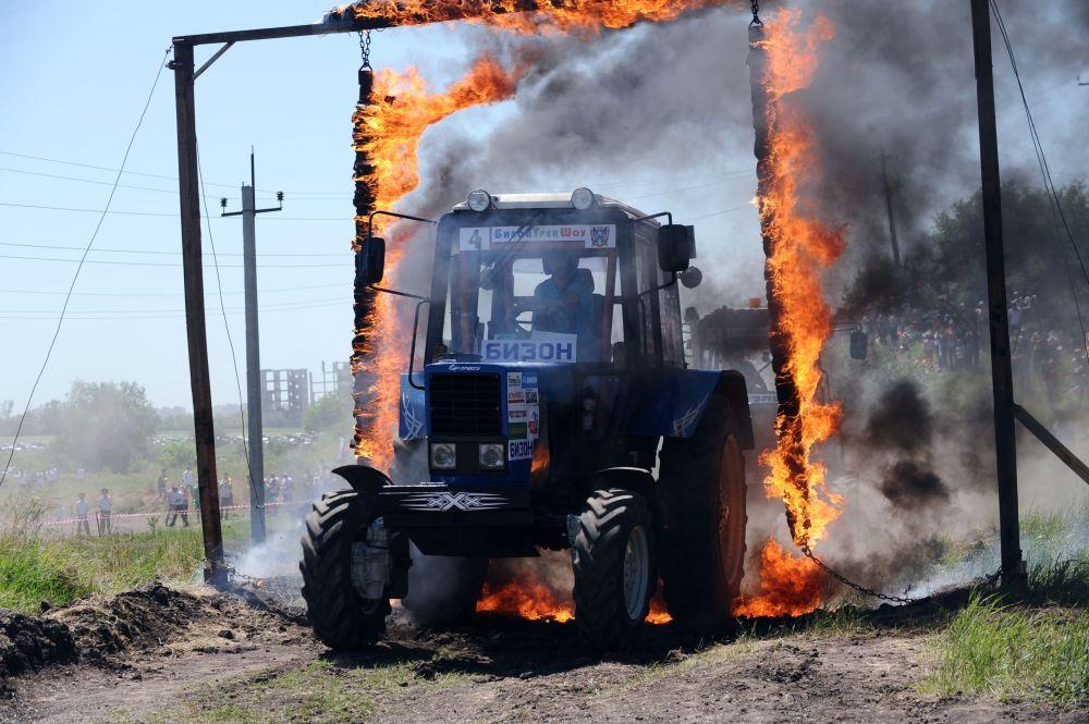 Rostov bölgesinde düzenlenen Bizon-Track Show 2015 isimli traktör yarışması