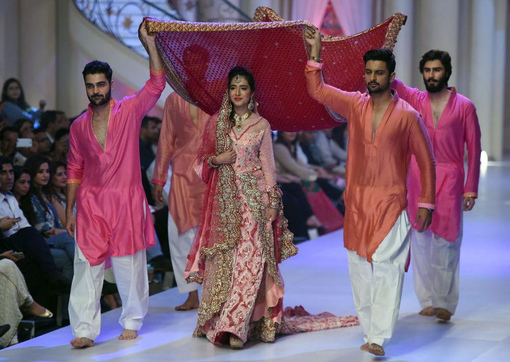 Karaçi'de düzenlenen Gelinlik Moda haftası