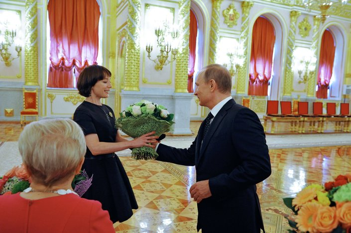 Putin, Rusya Günü nedeniyle Kremlin'de düzenlenen bir törende bilim, edebiyat ve sanat alanlarında başarı gösteren bilim insanları ve sanatçılara devlet ödülü verdi.