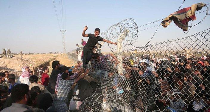 Akşam saatlerinde ABD öncülüğündeki koalisyon güçlerinin hava bombardımanından kaçan yüzlerce Suriyeli, Türkiye sınırına yönelmişti. Dört ailenin Türkiye'ye geçmesi üzerine, Tel Abyad'ın kontrolünü elinde bulunduran IŞİD, grubun gümrük kapısından geçişlerini engellemişti. Bunun üzerine sınır hattına yönelen Suriyeliler tel örgüleri aşmıştı, ama hendek olduğu için Türkiye tarafına geçememişti. Suriyeliler daha sonra bölgeyi kısa sürede kordona alan Türk güvenlik güçlerinin oluşturdukları koridordan kontrollü şekilde kayıt işlemlerinin yapılacağı gümrük sahasına alınmaya başlanmıştı.