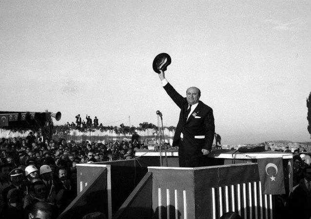 Türk siyasetinin fötr şapkalı 'baba'sı Süleyman Demirel, 91 yaşında hayatını kaybetti.