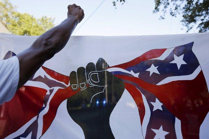 Kiliseye düzenlenen saldırıyla birlikte, eyalet kongresinde asılan konfederasyon bayrağı da tartışma konusu oldu.