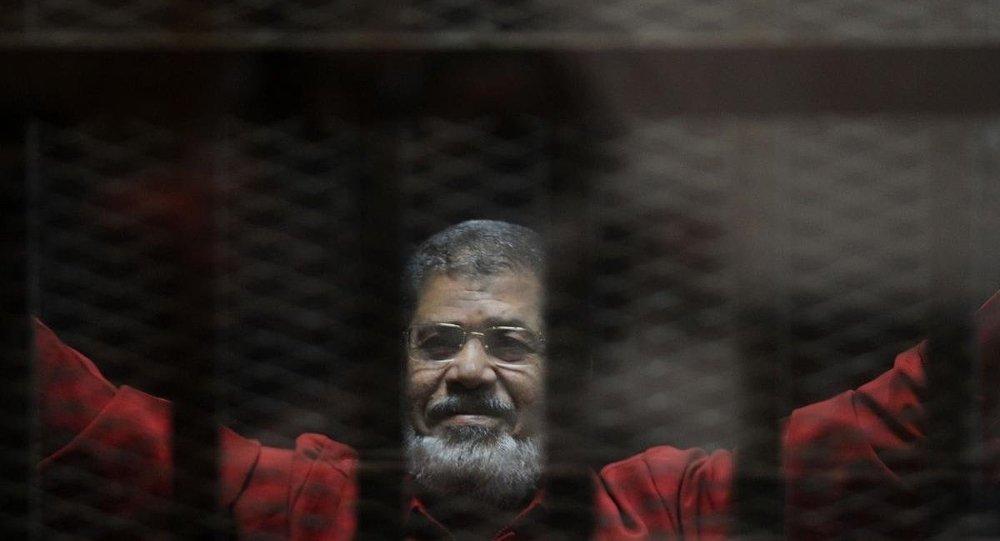 Mursi, 'Katar adına casusluk' yaptığı gerekçesiyle yargılandığı davanın duruşmasına ilk kez 'kırmızı idam mahkumu kıyafetiyle' getirildi.
