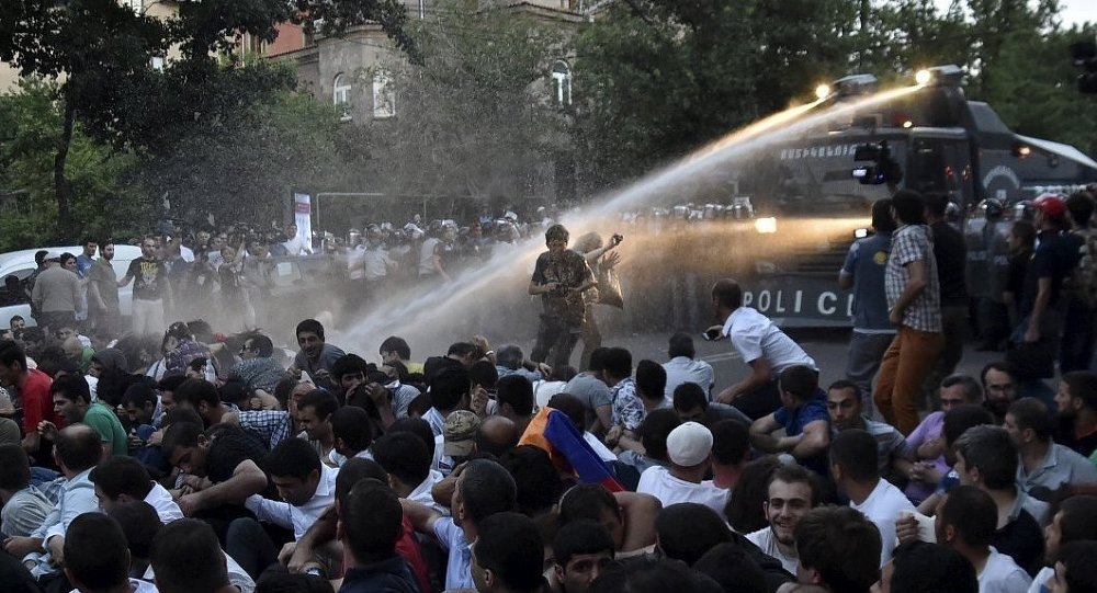 Erivan'da elektrik zammı protestosu